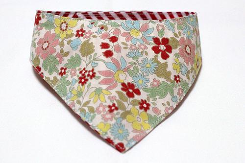 おしゃれ首輪2リバーシブルバンダナ 花柄×レッドストライプ1
