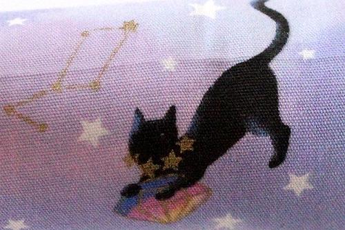■またたび入り手作りキッカー 黒猫と星座ラベンダー柄拡大1